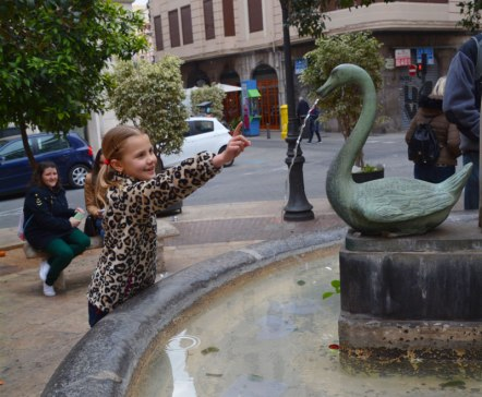 Nati miraculously turns on a fountain